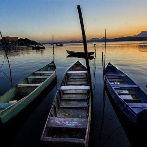 Barcos de pescadores ao anoitecer